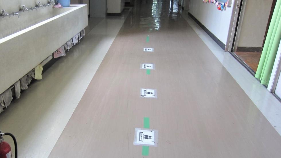 生徒会本部の取組…廊下にセンターラインが…